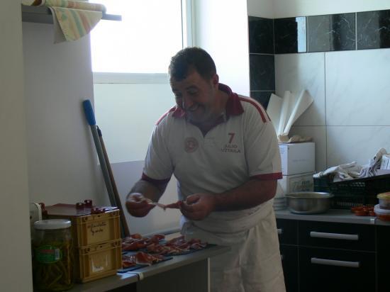 Mr le cuisinier nous prépare des assiettes de jambon de Bayonne